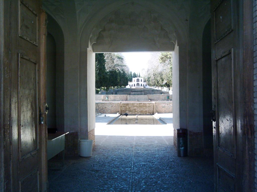 نمای باغ شاهزاده از در ورودی